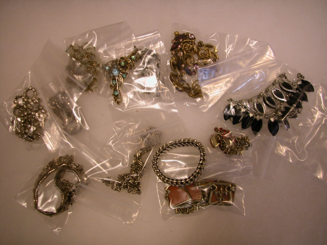 22: Lot of assorted jewelry