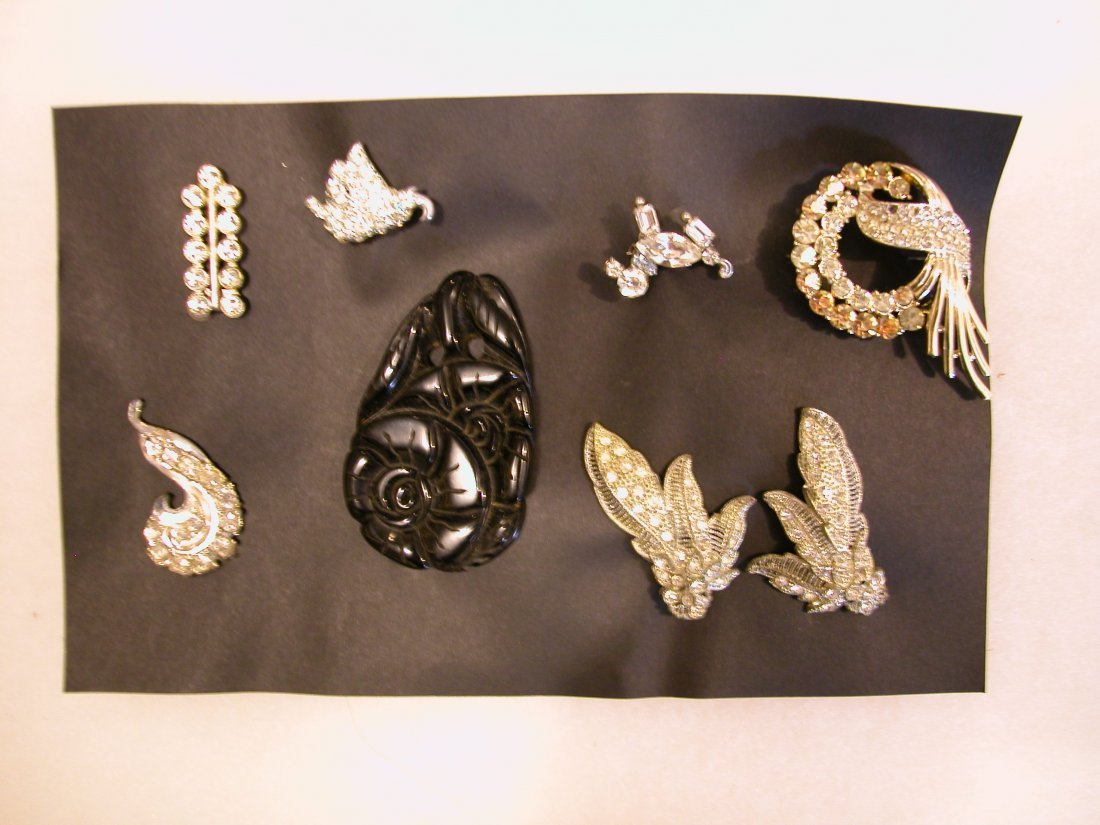24: Lot of assorted jewelry