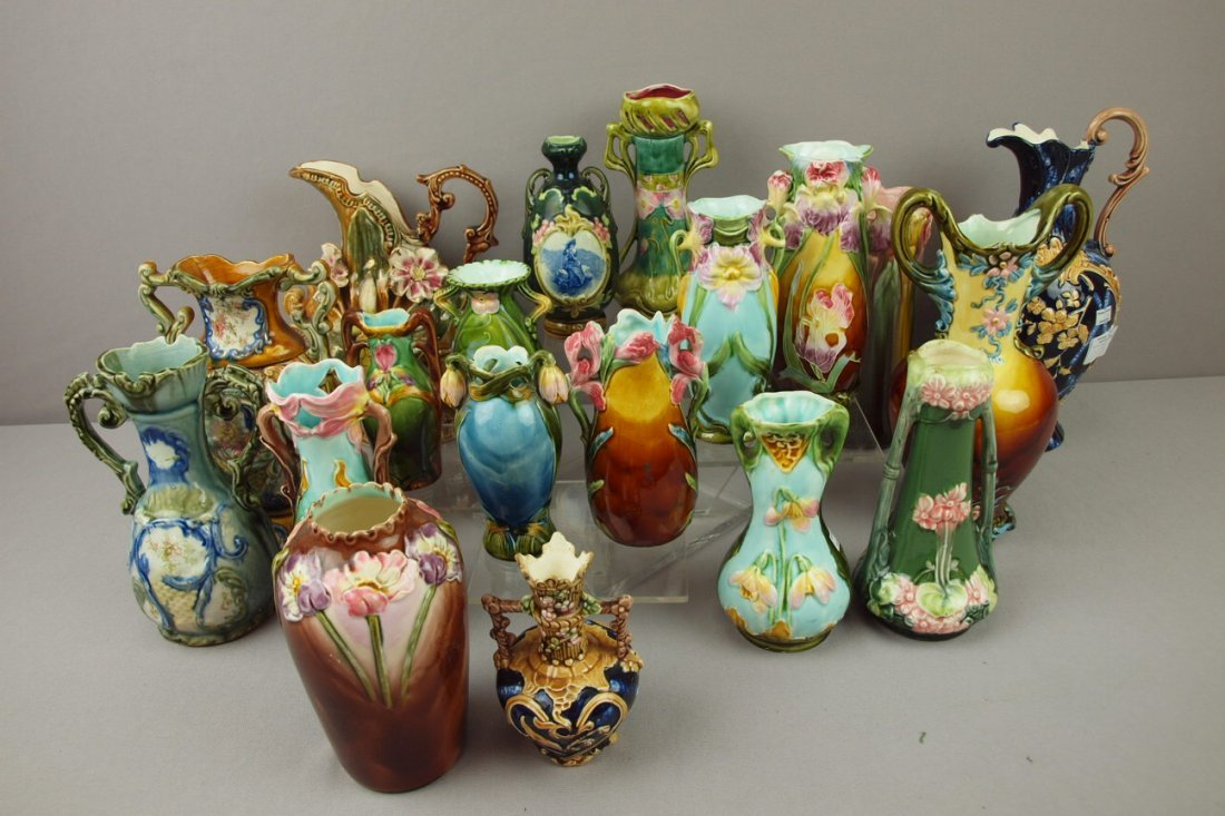 206:  Continental majolica lot of 19 vases and ewers, v