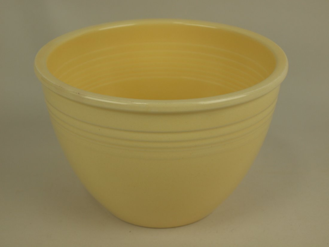 Fiesta #4 mixing bowl, ivory, nick