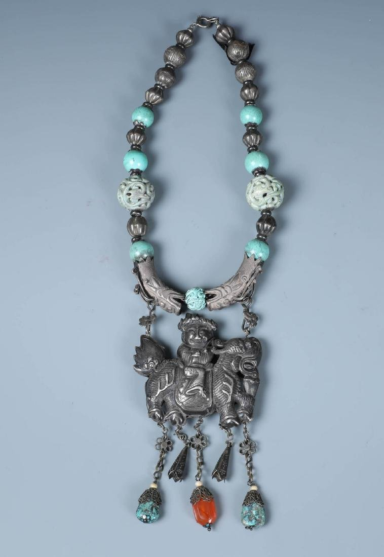 A SILVER AND CARVED TURQUOISE BEADS NECKLACE WITH QILIN