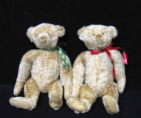 4001: Pair of fine Steiff teddy bears, , Both with gold