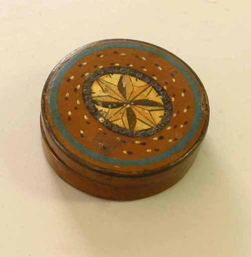 22: Painted and decorated snuff box, 19th century, Of c