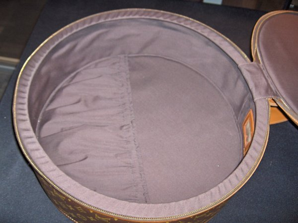 1311: Louis Vuitton round suitcase, 1980s, Zip-top with - 3