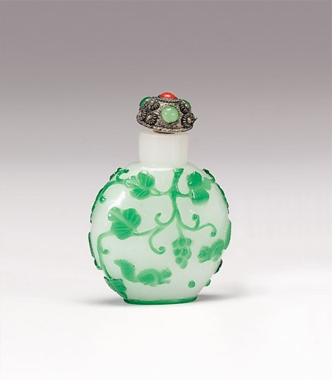 10930: Chinese glass overlay snuff bottle, 19th century