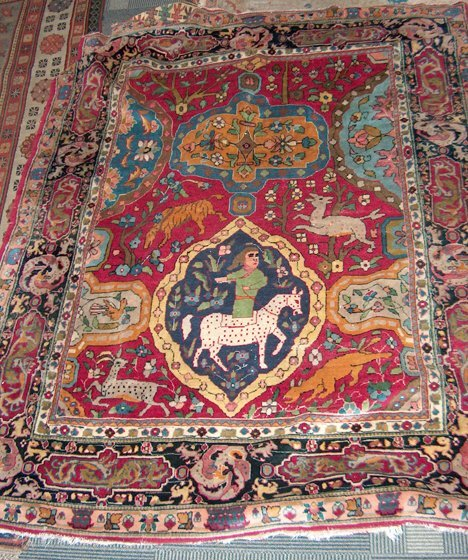 397: INDIAN RUG 20th c. Approx. 5 ft. 9 in. x 4 ft. 8 i