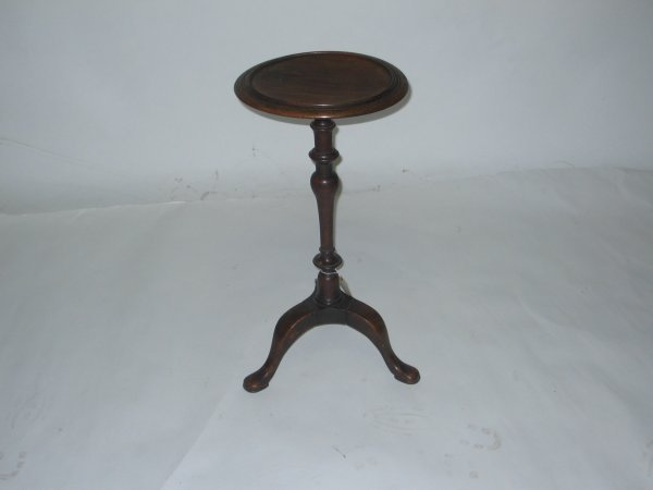 205: Queen Anne kettle stand, 18th century, Molded circ