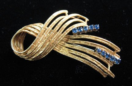 1357: Yellow gold ribbon pin with sapphires, 1950s, 18