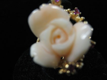 1370: Yellow gold, coral and diamond ring, , Delicately