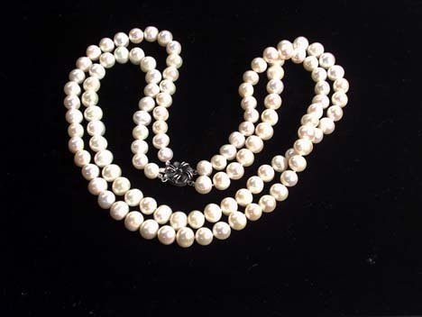 5009: DOUBLE STRAND CULTURED PEARL NECKLACE 20th c. Wit