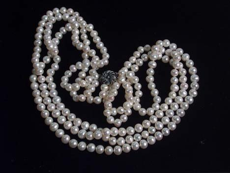 5010: CULTURED PEARL TRIPLE STRAND NECKLACE 20th c. Wit