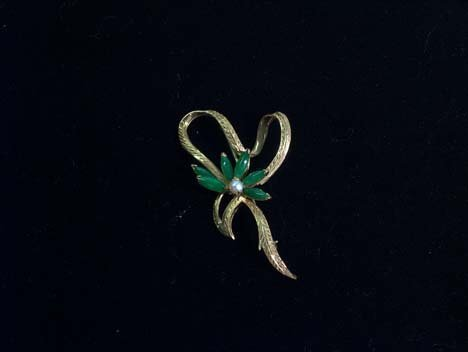 5019: 14K YELLOW GOLD JADE AND PEARL PIN 20th c. With a