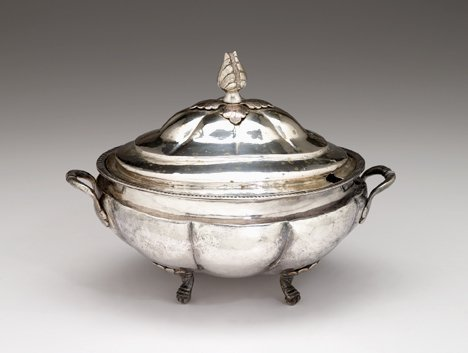 1018: Peruvian silver covered tureen, , With a leafy kn
