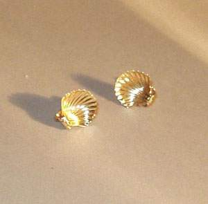 A PAIR OF 14K YELLOW GOLD SCALLOP-SHELL E