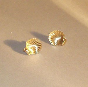 24: A PAIR OF 14K YELLOW GOLD SCALLOP-SHELL E