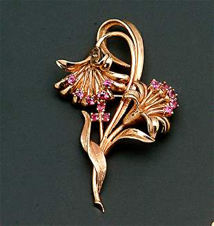 A 14K YELLOW GOLD FLORAL BROOCH
