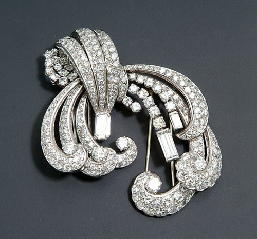 237: A PAIR OF ART DECO DIAMOND & PLATINUM CL