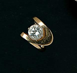 A YELLOW GOLD & DIAMOND SOLITAIRE RING