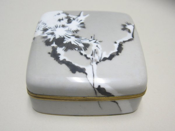 10719: Japanese cloisonne box, in the style of Namikawa