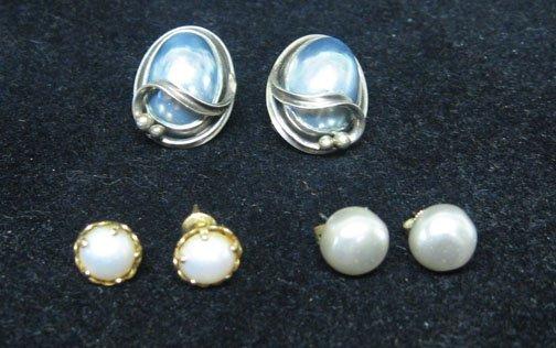 22: 3 Pairs of pearl earrings, , Three sets of pearl ea