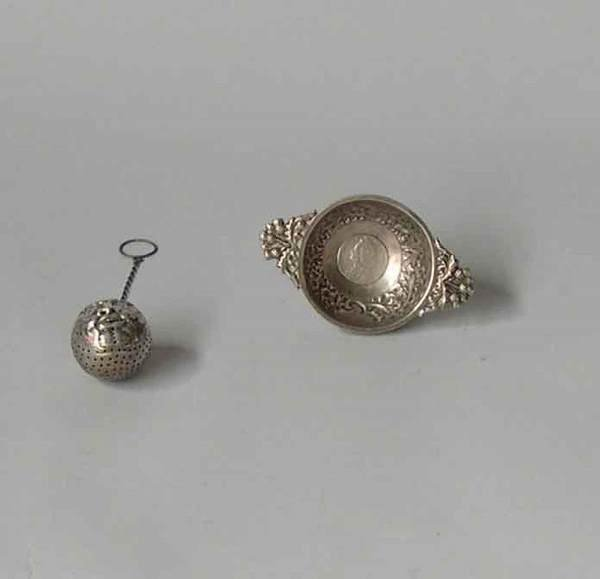1323: Continental sterling silver spherical 'face' tea
