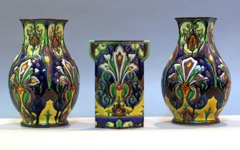 1016: Nippon pair of stylized vases together with bud v