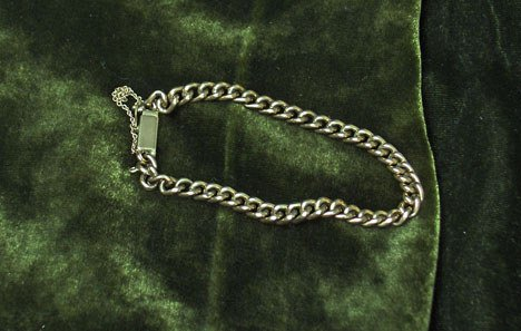 1021: 14 karat yellow gold flexible bracelet., , Oval l