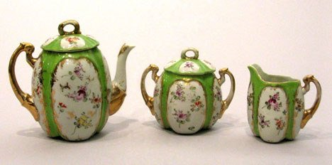 10: A Japanese three piece tea service, 20th century, E