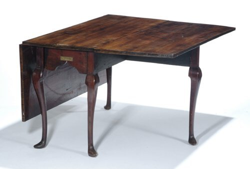 2020: QUEEN ANNE WALNUT DINING TABLE Pennsylvania, late