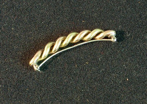 7: GOLD ROPE TWIST PIN 20th c. With alternating rose an