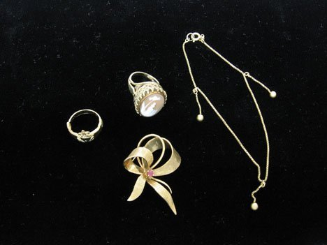 16: 14kt. rings, pins and 18kt. chain, 20th c., Includi