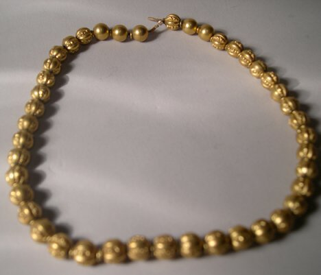 1004: CHASED YELLOW GOLD BEAD NECKLACE Length: 14 1/2 i