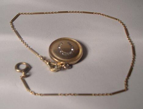 1006: CIRCULAR YELLOW GOLD LOCKET One side with monogra