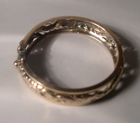 1007: 14K YELLOW GOLD BANGLE Openwork and chased with d