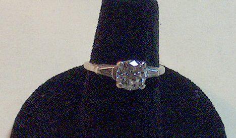 PLATINUM & DIAMOND ENGAGEMENT RING Having a round