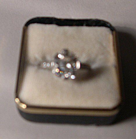 DIAMOND & PLATINUM ENGAGEMENT RING A round diamon