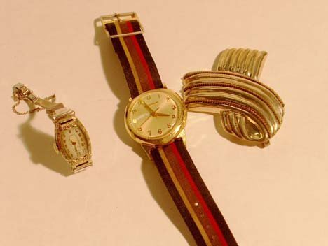 3012: GOLD WATCHES & SILVER PIN 20th c. Comprising lady