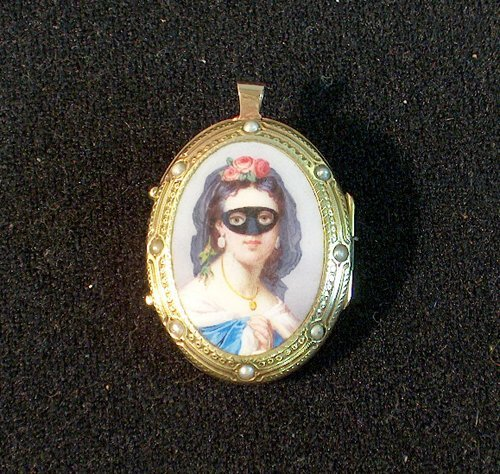 3014: GOLD PORTRAIT LOCKET 19th / 20th c. Fitted as a p