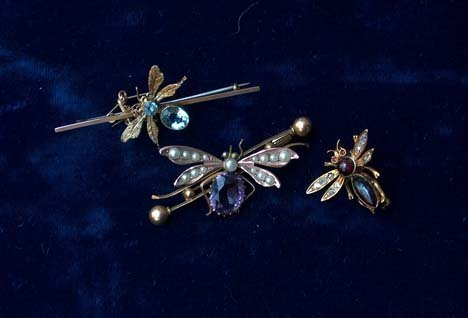 3021B: THREE YELLOW GOLD 'BUG' PINS 20th c. Set with bl