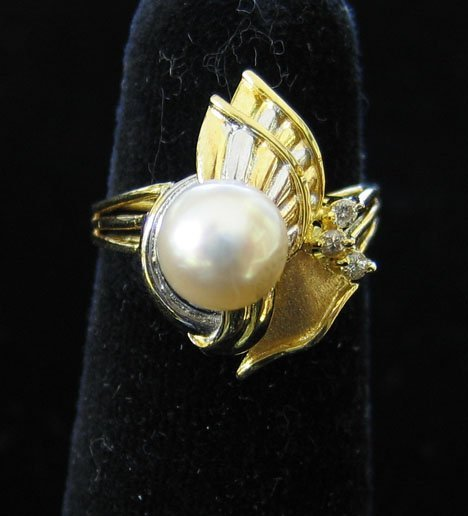 1006: 14K Yellow Gold and Diamond Ring, , Th ring set w