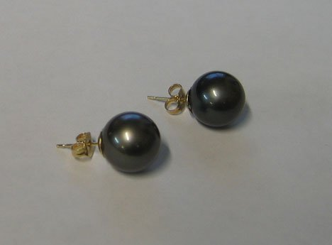 1018: A Pair of Large Grey South Sea Island Pearl Stud