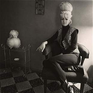 Diane Arbus, Lady bartender at home with a souvenir