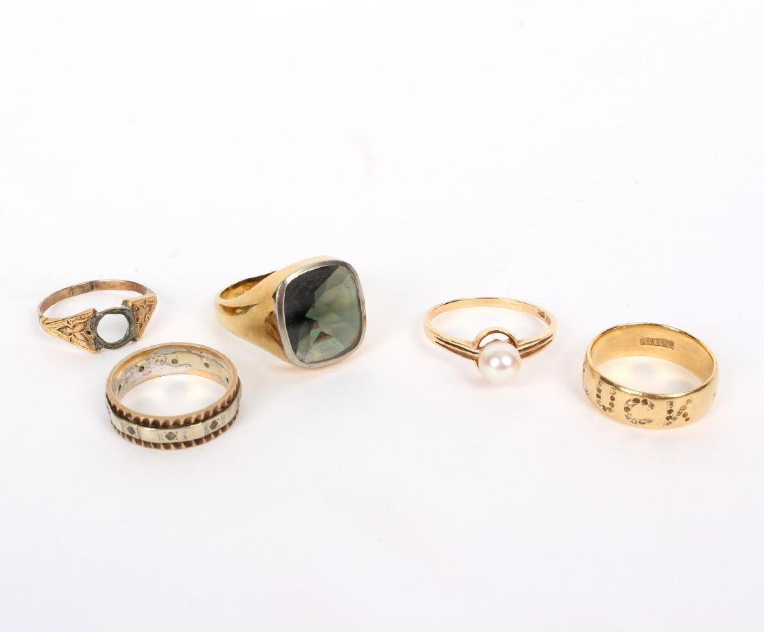 A gentleman's 18ct gold signet ring, set with a smoky