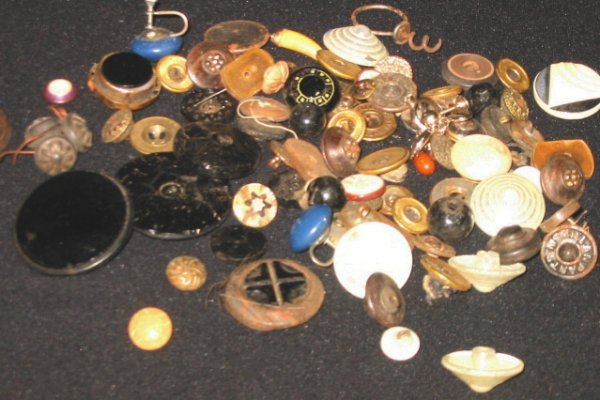 9: Lot of old Buttons