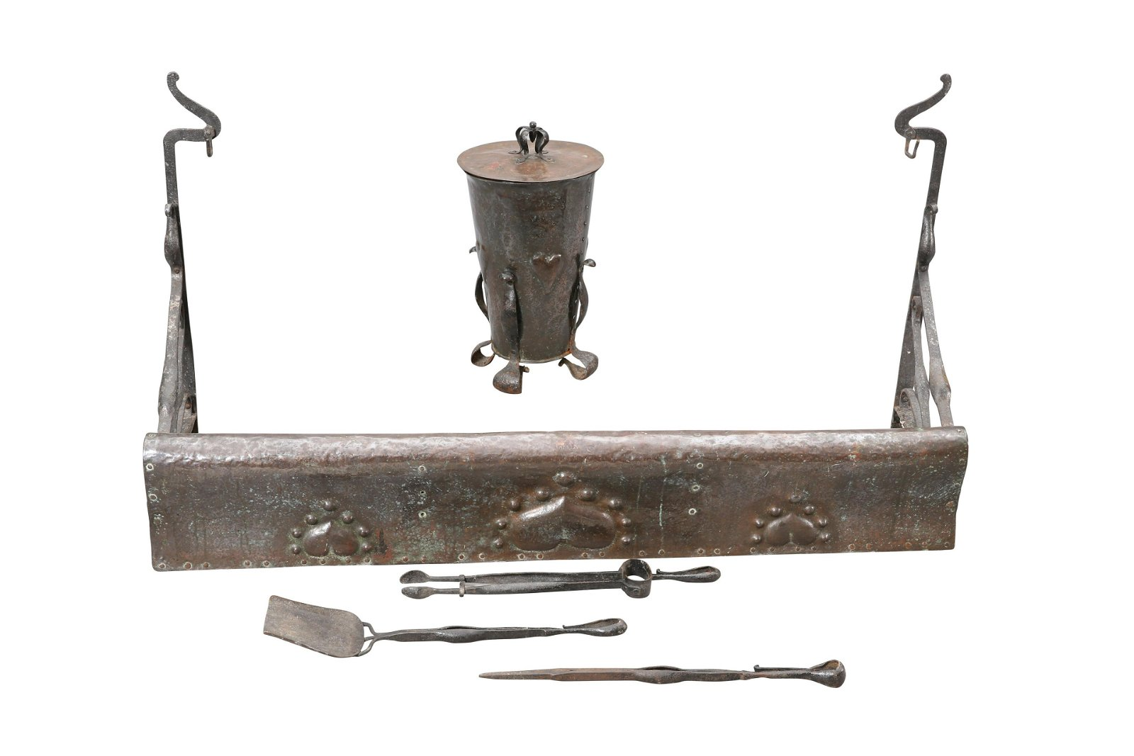 AN ARTS AND CRAFTS COPPER AND WROUGHT IRON FIRE SET, IN