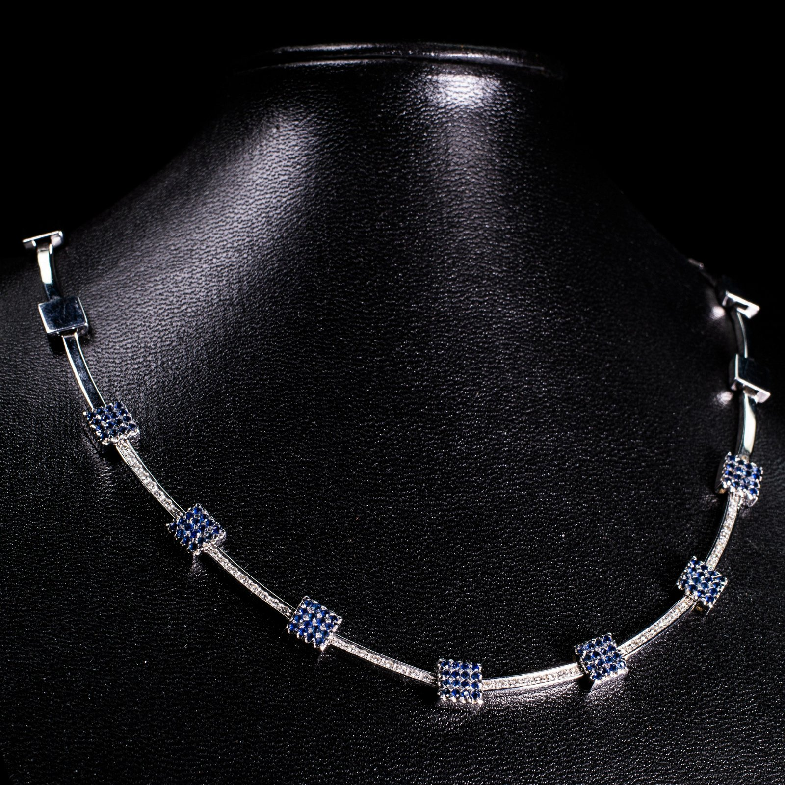 AN ITALIAN CONTEMPORARY 9CT WHITE GOLD, SAPPHIRE AND