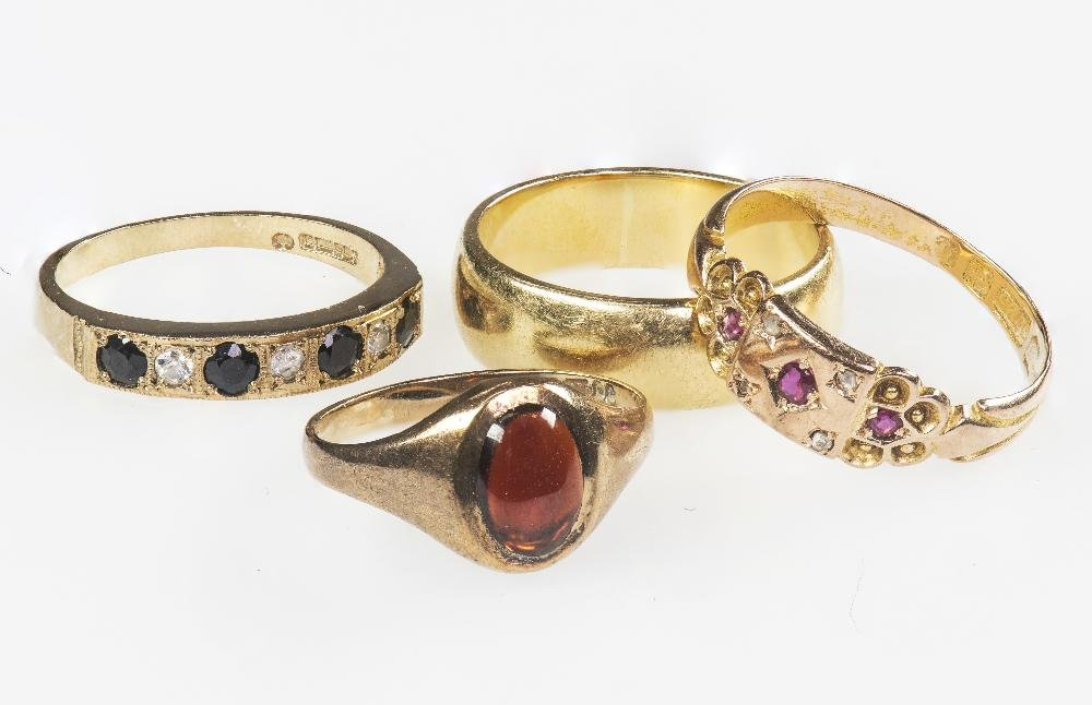 A COLLECTION OF FOUR YELLOW GOLD RINGS to include a 9ct
