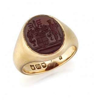 AN 18CT GOLD CARNELIAN INTAGLIO SIGNET RING, the oval