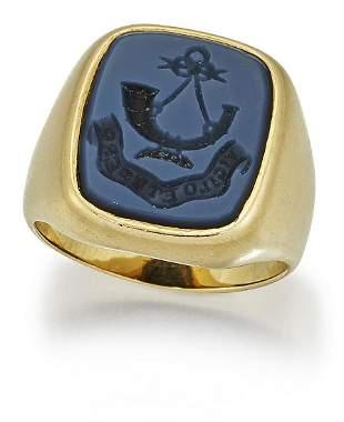 AN 18 CARAT GOLD SARDONYX INTAGLIO SIGNET RING, the