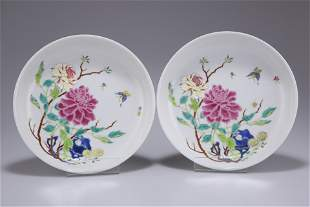 A PAIR OF CHINESE FAMILLE ROSE PORCELAIN PLATES,